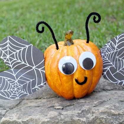 a fun, kid-friendly no carve pumpkin found at mommyish.com